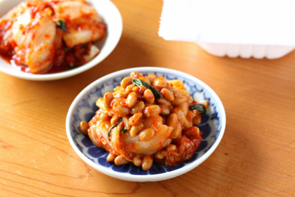 皿に盛られたキムチ納豆