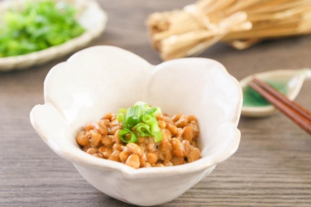 小皿に盛られた納豆