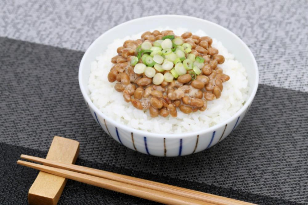 ご飯の上の納豆。