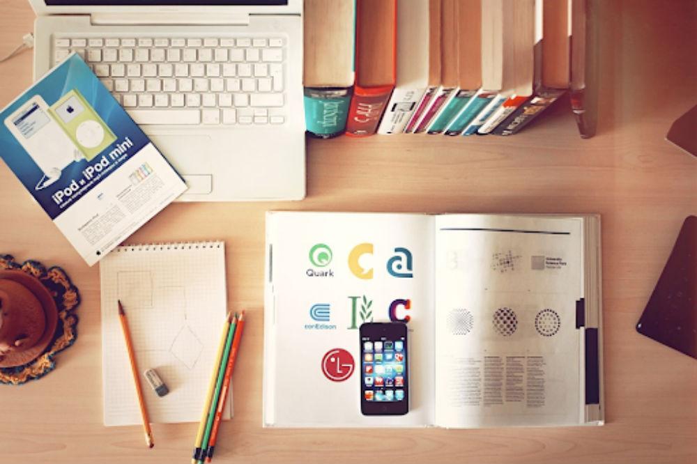 机に置かれた文房具や本