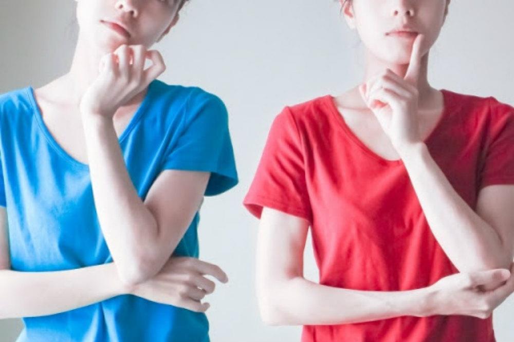 青い服と赤い服を着た2人