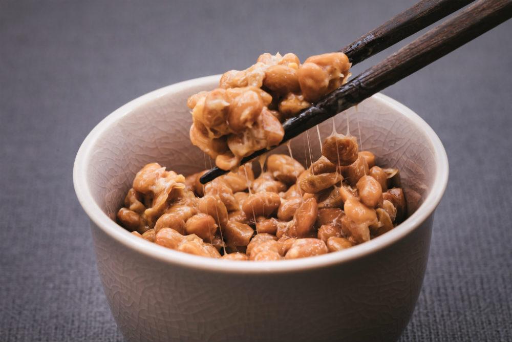 納豆を箸ですくう