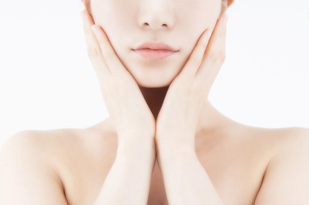 肌を抑える女性