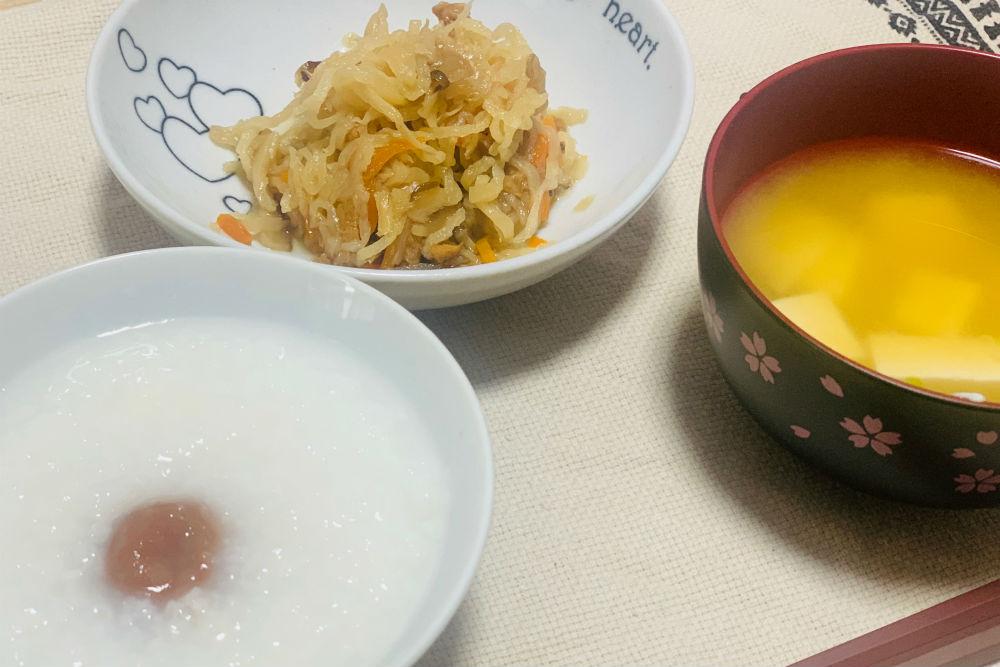 お粥と味噌汁と和総菜