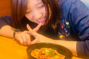 食べ物を我慢する山﨑香奈