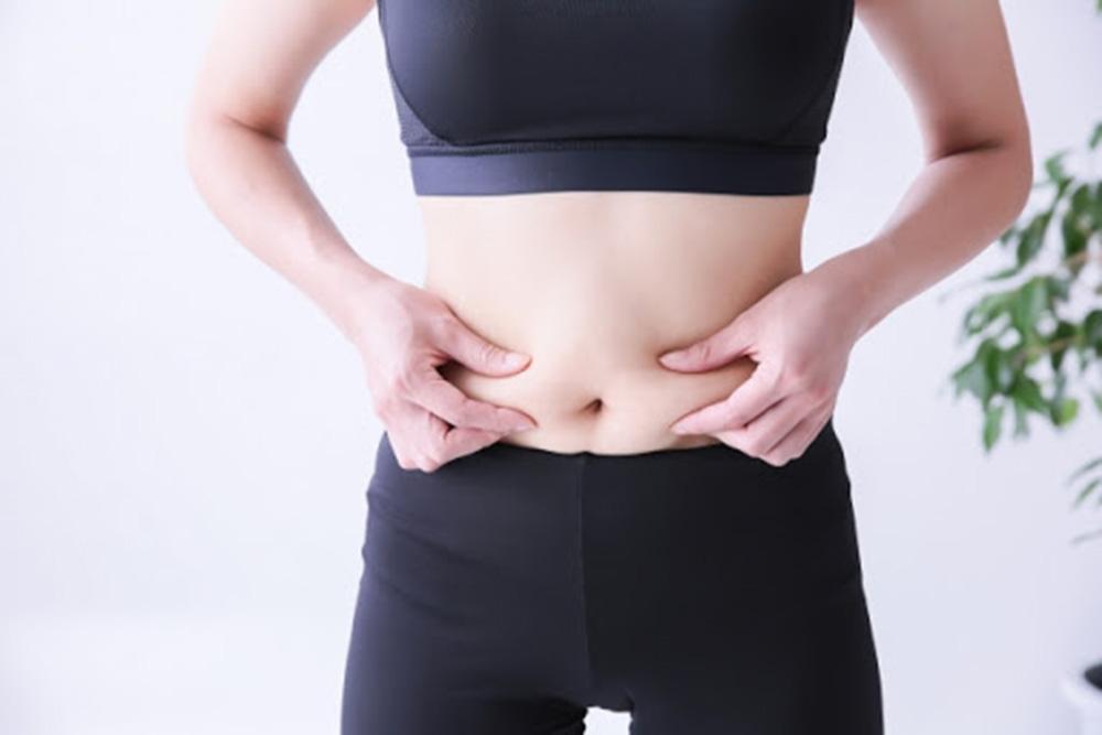 脂肪をつまむ女性