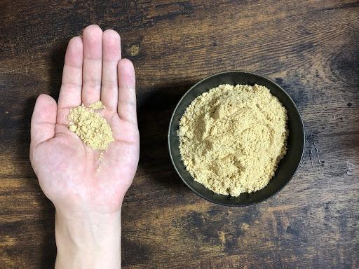 米ぬかを手に乗せる