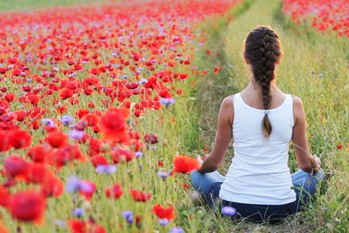 お花畑の横で瞑想