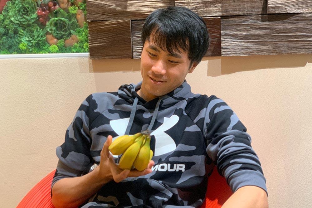 バナナをもつ男性