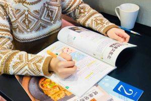 資格の勉強をする人